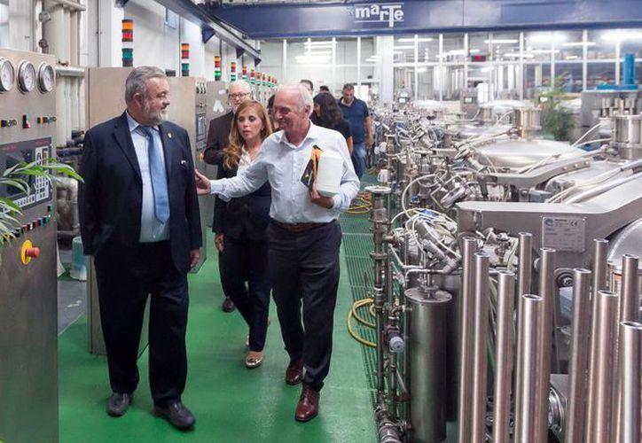 Autoridades del Gobierno de Yucatán en Italia llegaron a un acuerdo empresarial con Como Next. En la foto, a la izquierda, el jefe del Despacho del Gobernador, Eric Rubio Barthell. (SIPSE)