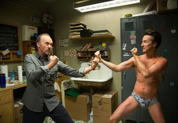 Escena de la película 'Birdman', protagonizada por Michael Keaton, y dirigida por Alejandro González Iñárritu, la cual recibió 7 nominaciones a los Globos de Oro. (AP)