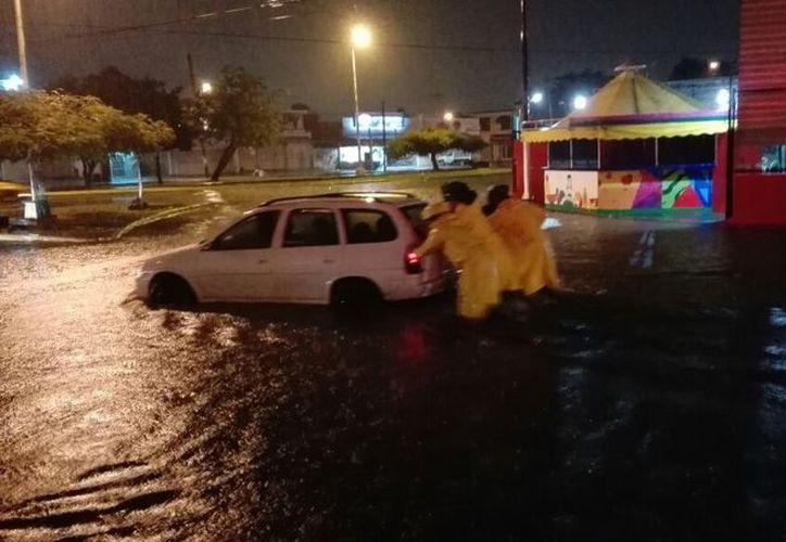Las autoridades trabajaron el Operativo Tormenta en puntos como  la avenida Francisco I. Madero y Andrés Quintana Roo. (Foto: Redacción)