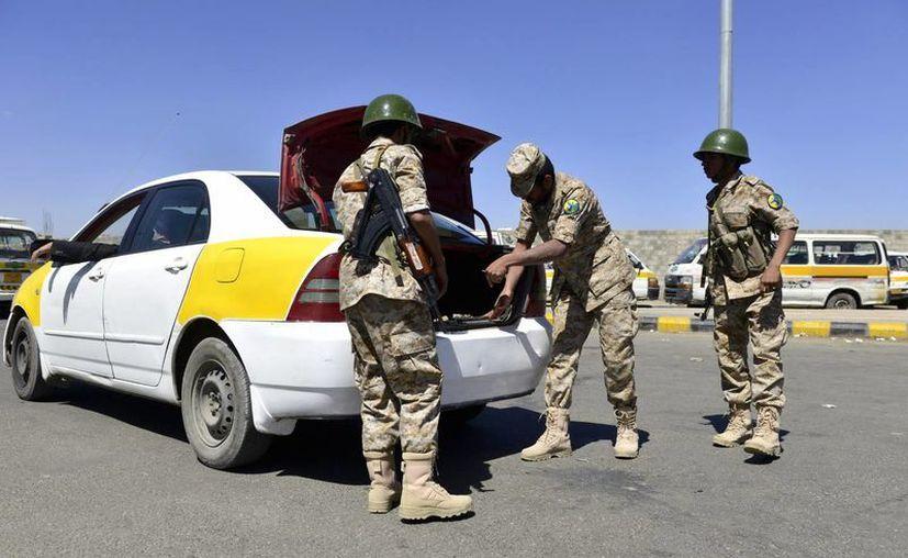 Agentes yemeníes inspeccionan un vehículo cerca de Saná. (Archivo/EFE)