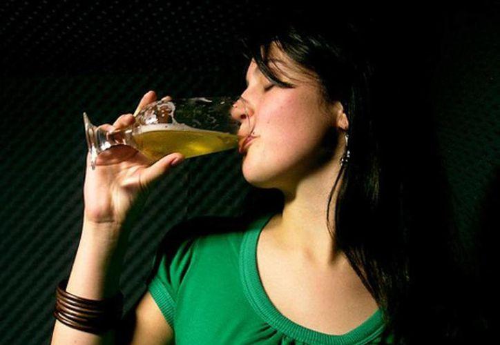 El consumo responsable ayuda a mejorar los síntomas de la menopausia. (guiadelacerveza.com.bo)