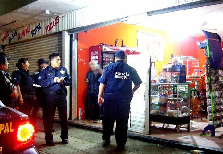 """La oportuna aparición de la policía impidió el robo de la lonchería """"El Viejo Amigo"""". (Milenio Novedades)"""