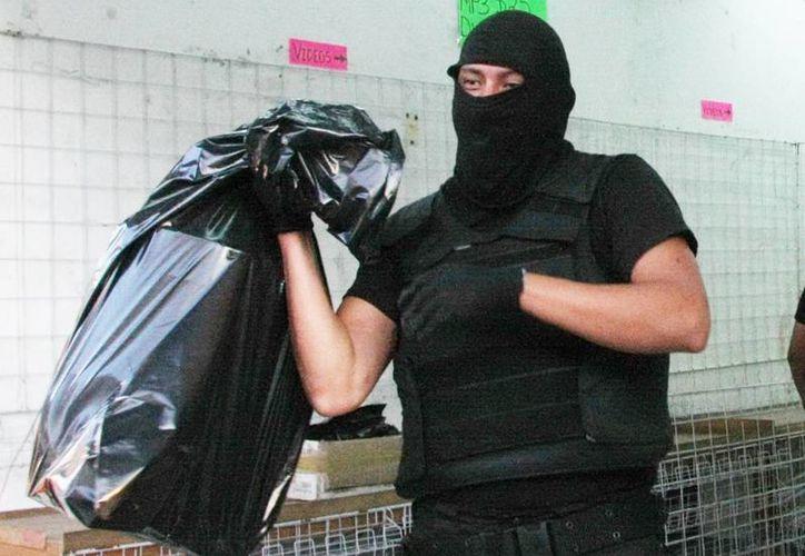Los agentes federales aseguraron discos y portadillas. (Milenio Novedades)