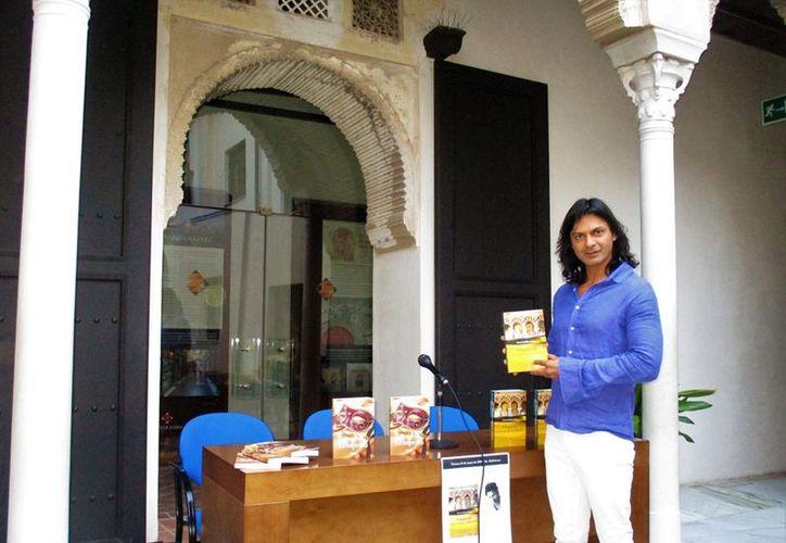 El escritor Reza Emilio Juma dijo que el libro ha tenido excelente respuesta tanto en las presentaciones como en ventas. (Faride Cetina/SIPSE)