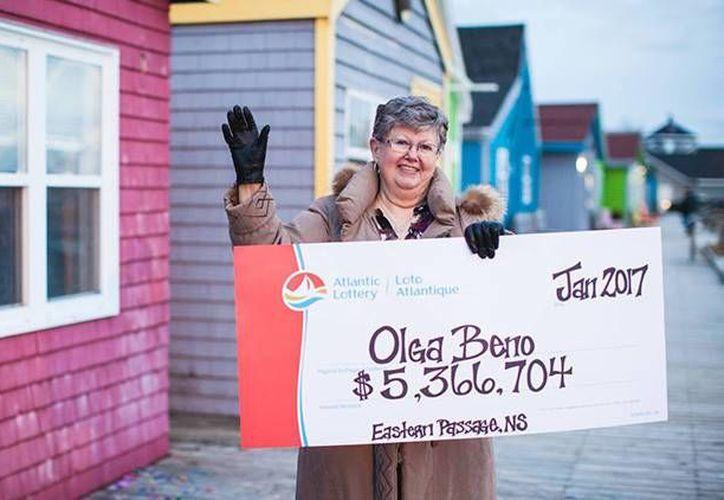 Olga Beno tardó dos días en comprobar que su número resultó el premiado en la lotería Atlantic de Canadá. (Foto: alc.ca vía actualidad.rt)