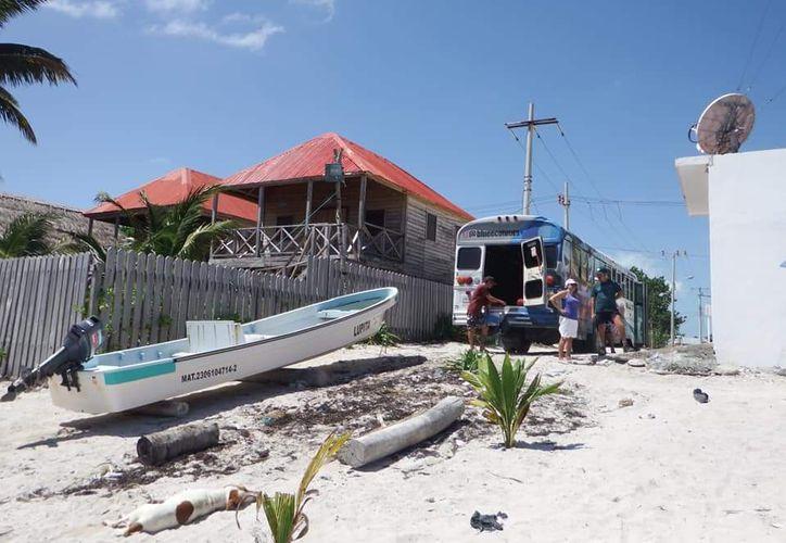 Un grupo de personas voluntarias se organiza para limpiar dos lagunas que son Santuario del Manatí, al sur de Quintana Roo.  (Daniel Tejada/SIPSE)