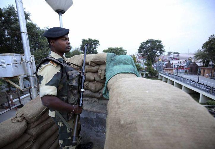 Un soldado de la fuerza de seguridad fronteriza india (BSF) hace guardia en el puesto de control conjunto de la India y Pakistán en la frontera entre ambos paises. Mueren ocho personas y otras 15 personas resultaron lesionadas en un enfrentamiento entre tropas paquistaníes e indias.  (EFE/Archivo)