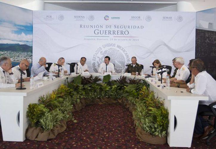 El secretario de Gobernación, Miguel Ángel Osorio Chong, encabezó en Acapulco la Reunión de Seguridad Guerrero, con el objetivo de evaluar las acciones que se llevan a cabo en esta entidad, a fin de restablecer la tranquilidad de la población. (Notimex)