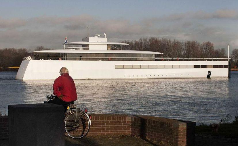 Un hombre observa como el yate ordenado construir por el cofundador de Apple compite en una regata cerca de Velsen, Holanda. (EFE)