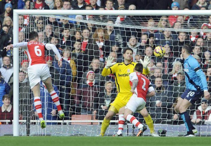 El defensa del Arsenal Laurent Koscielny (I) cabecea a gol durante el partido de la Premier League que han jugado Arsenal y Stoke City en Londres. (EFE/EPA)
