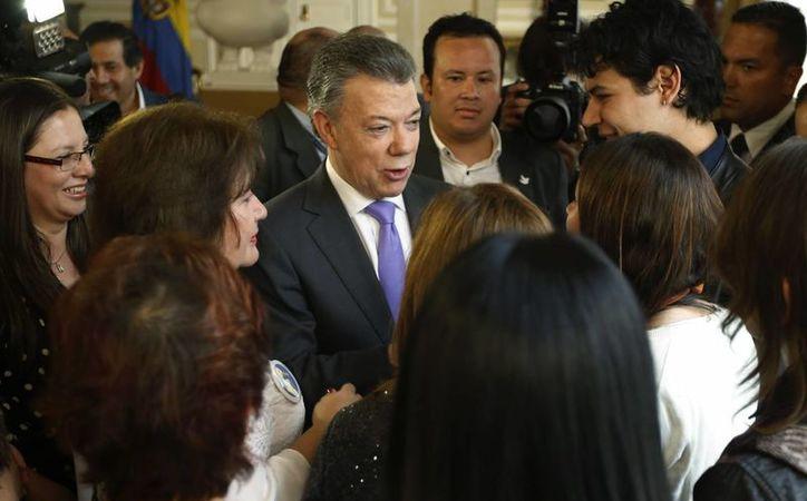 El presidente Santos dedicó el Nobel de la Paz 'a todos los colombianos', pese a que días antes los ciudadanos decidieron no avalar los acuerdos de paz con las FARC. (AP/Fernando Vergara)