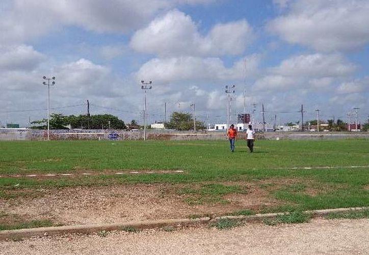 Empresarios, deportistas y autoridades municipales mantuvieron una reunión, en la que se planteó la posibilidad de venta del campo 20 de Noviembre. (SIPSE)