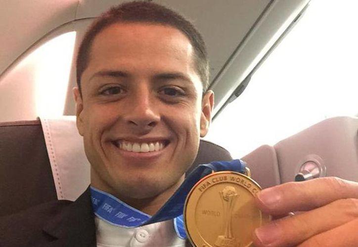Javier Hernández presumió en redes sociales la medalla de campeón de Clubes (Foto tomada del Twitter Chicharito Hernández)