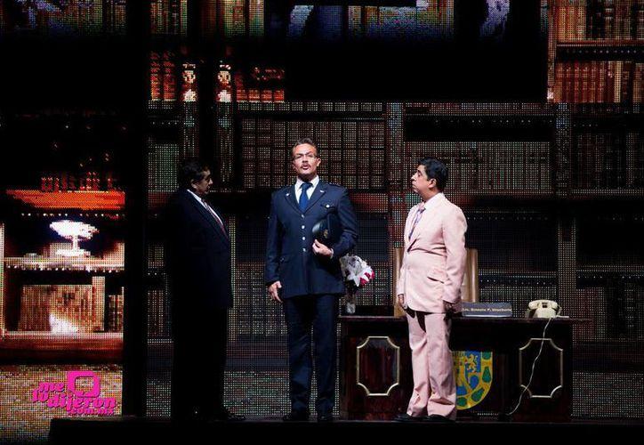 Sergio Sendel y los cómicos Carlos Bonavides y Carlos Eduardo Rico durante una escena del musical.