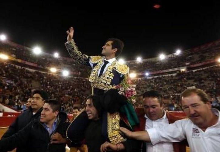Joselito Adame salió en hombros de la Plaza México este domingo al ser el triunfador en el esperado 'mano a mano' con el español José Tomás. (Imagen Twitter: @reformacancha)