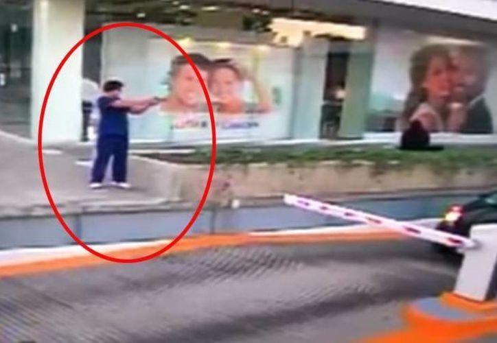 Un video muestra el momento en el que hombre dispara contra el oficial del consulado de EU. (Captura de pantalla de Youtube)
