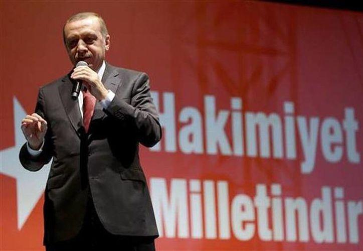 El presidente turco Tayyip Erdogan habla ante partidarios congregados en las afueras de su residencia en Estambul este martes. (Foto AP/Murat Cetinmhurdar, Servicio Presidencial de Prensa,Pool)