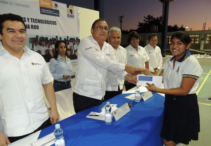 Eduardo Patrón Azueta haciendo entrega de las tarjetas. (Cortesía/SIPSE)