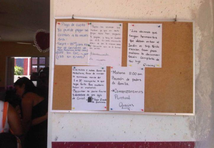 En las instalaciones del plantel se puede observar una serie de letreros solicitando el pago de las cuotas. (Harold Alcocer/SIPSE)