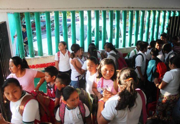 Los 18 niños de 5° C estuvieron tomando clases en el estacionamiento de la escuela, en protesta por el despido de su maestra. (Daniel Pacheco/SIPSE)