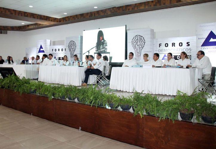 A la actividad asistieron 20 de los 21 candidatos a diputados y senadores. (Milenio Novedades)
