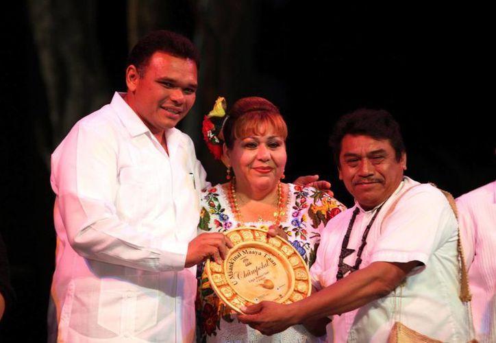 Durante la ceremonia, el Gobernador entregó reconocimientos. (SIPSE)