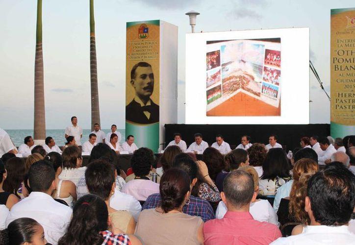 La 11ª sesión Pública y Solemne del Cabildo de Othón P. Blanco se llevó a cabo en la fuente del Pescador. (Harold Alcocer/SIPSE)
