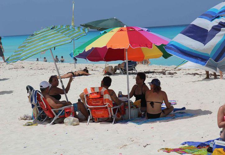 La reunión será en Playa Delfines, uno de los arenales más visitados. (Israel Leal/SIPSE)