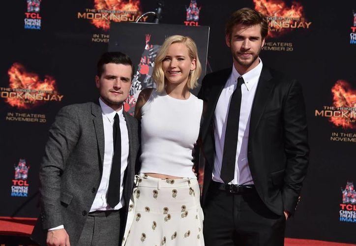 Josh Hutcherson, Jennifer Lawrence y Liam Hemsworth durante la presentación de la película 'The Hunger Games Mockingjay. Part 2', este sábado en Los Ángeles. (AP)