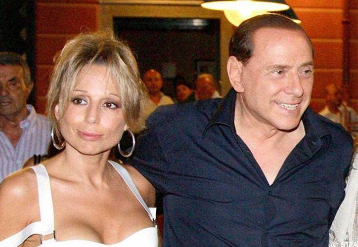 El exprimer ministro italiano con su hija Mariana Berlusconi. (Internet)