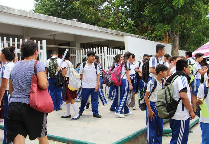 EL año pasado, la SEQ buscó acomodar a los jóvenes en Prepa en Línea SEP, y Prepa Abierta para que siguieran estudiando. (Paola Chiomante/SIPSE)