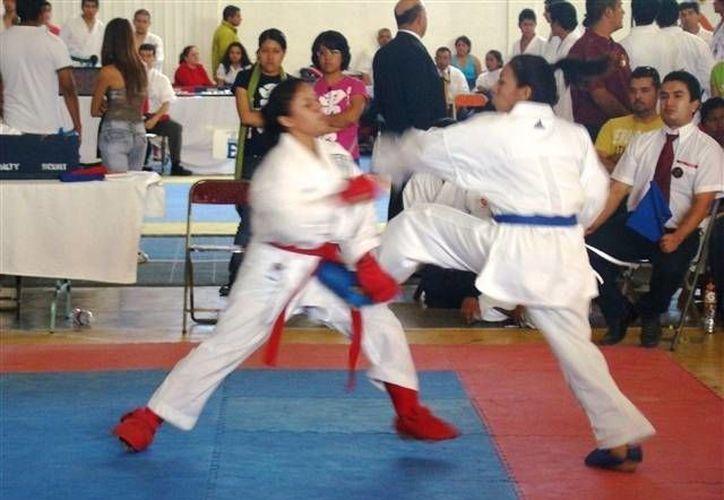 Stephanie Parra obtuvo la presea dorada en la modalidad de kumite, categoría 55 kilogramos. (Raúl Caballero/SIPSE)