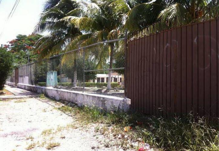 Fachada de la primaria 'Andrés Quintana Roo' de Calotmul en donde han visto la silueta de un fantasma. (Jorge Moreno)
