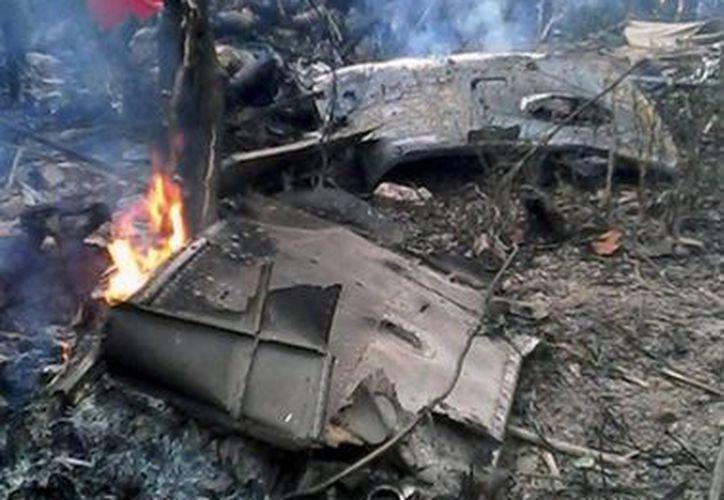 El helicóptero accidentado, un MI-171 de fabricación rusa, se vino abajo a tres kilómetros de la base aérea de donde había despegado. (EFE/nexpress.net)