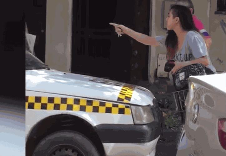 Después de ser acosada por un taxista, una joven detuvo el tráfico y lo obligó a que se disculpara con ella. (Foto: Captura de video)