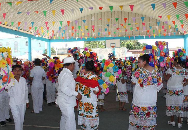 Participaron los feligreses con bailes de jarana que concluyeron en el parque principal. (Raúl Balam/SIPSE)