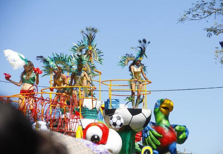 El calor, la diversión y el colorido fueron protagonistas en el Domingo de Bachata del Carnaval Mérida 2014. (Juan Carlos Albornoz/SIPSE)