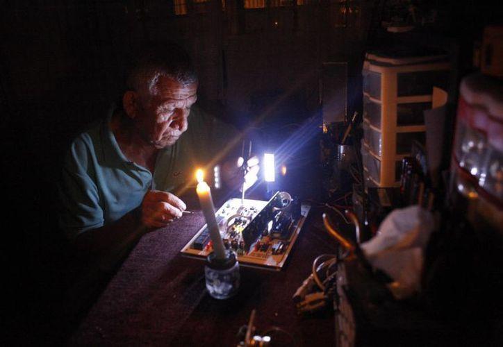 La suspensión del suministro eléctrico se ejecuta en Venezuela en cinco horarios diferentes y se aplica por zonas geográficas. (EFE/Archivo)
