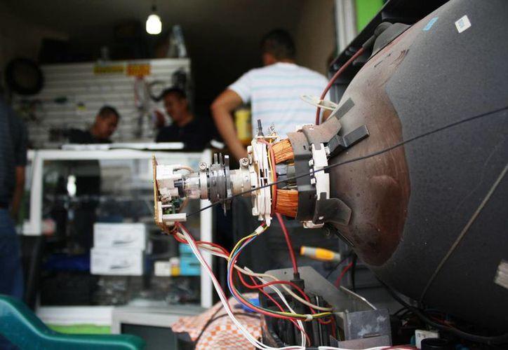 Los técnicos se tuvieron que actualizar de manera constante en reparación de televisores de plasma. (Octavio Martínez/SIPSE)