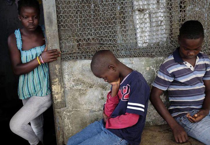 Muchos niños huérfanos quedaron a merced de la suerte y con el riesgo latente de enfermar de ébola en algún momento. (AP)