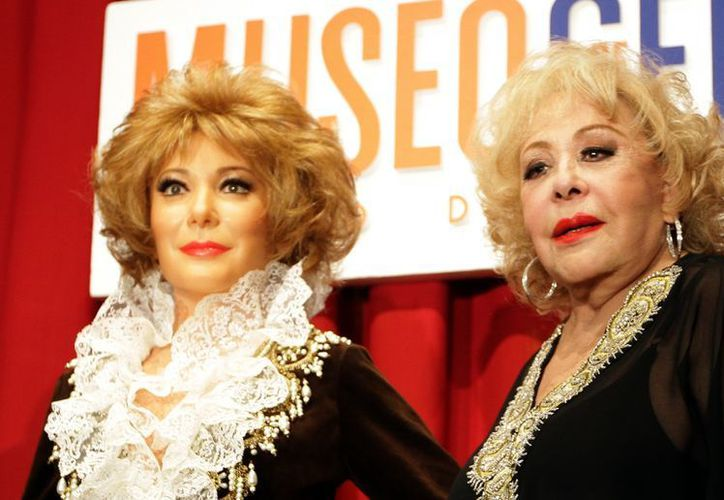 La actriz Silvia Pinal posa con su doble del Museo de Cera de la Ciudad de México. (Notimex)