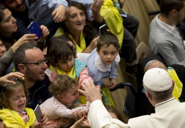 El Papa Francisco saluda a unos niños durante una audiencia el 12 de noviembre de 2015 en el Aula Paulo VI del Vaticano. El Pontífice visitará México en febrero de 2016. (Foto: AP/Andrew Medichini)
