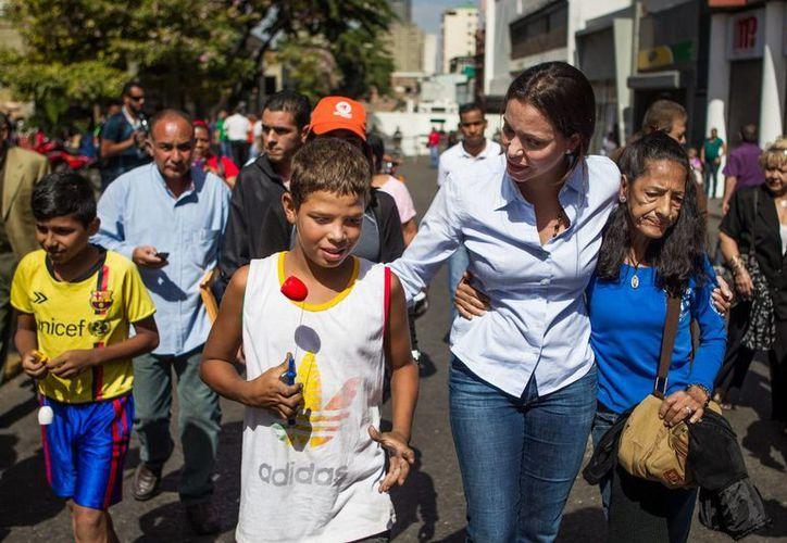 Corina Machado (c) se acerca a las inmediaciones del Palacio de Justicia durante una manifestación en apoyo al también dirigente opositor Leopoldo López este 4 de junio del 2014, en Caracas, Venezuela. (EFE)