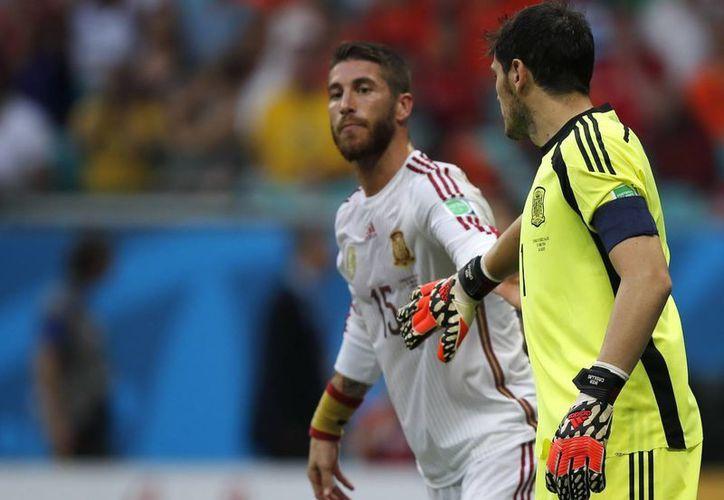 Casillas calma a su compañero y defensa Sergio Ramos en el marco de la escandalosa goleada de Holanda sobre la campeona España en el Mundial de Brasil. (Foto: AP)