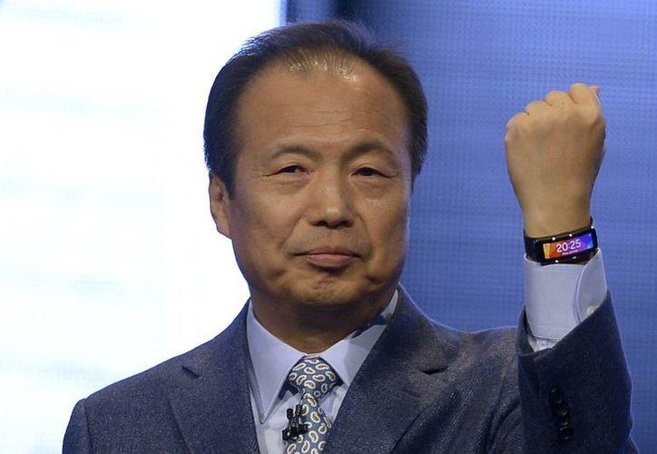 El director de Samsung J.K. Shin presenta el nuevo modelo del Samsung Gear Fit en el Mobile World Congress de Barcelona, España. (Agencias)