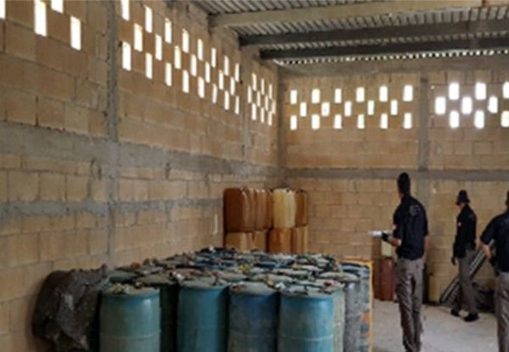 El combustible estaba distribuido en diversos contenedores, tambos y bidones. (PGR Yucatán)