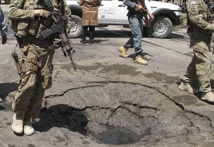 Soldados estadounidenses y policías afganos inspeccionan el escenario de un atentado esta semana en Kabul, Afganistán. (Efe)