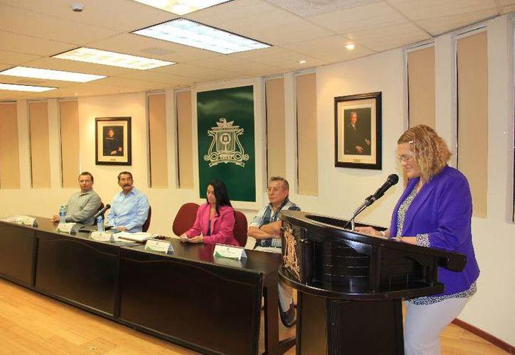 La certificación se realizó en la Sala de Rectores, en presencia de estudiantes, docentes y directivos. (Harold Alcocer/SIPSE)