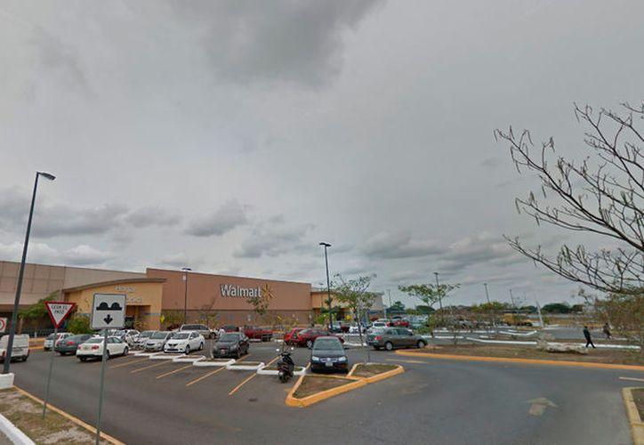 Una mujer dejó encerrado a su hijo de 2 años, en un automóvil, dentro del estacionamiento de Walmart de Ciudad Caucel. Policías auxiliaron al menor. (Google Street View)