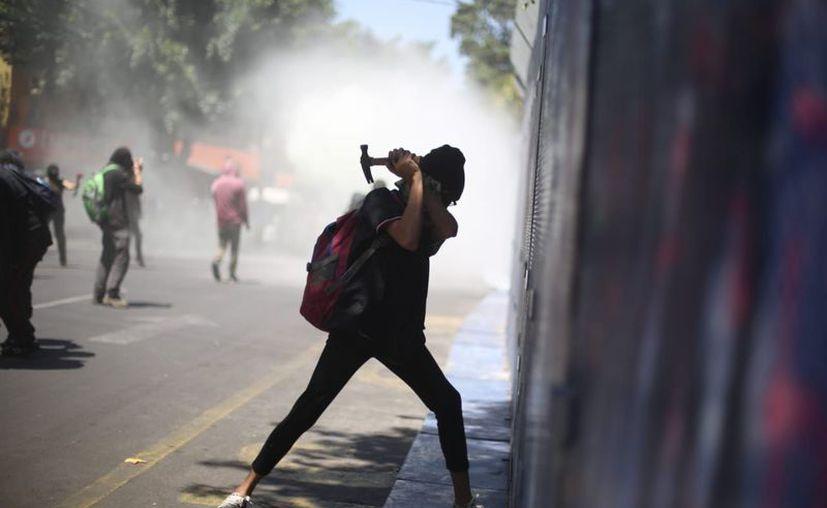 Manifestantes vandalizaron las instalaciones de la Embajada de México en EEUU, en protesta por el asesinato de George Floyd. (Foto: twitter).